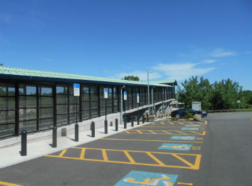 Handicapped_parking_and_ramp_at_Littleton_station